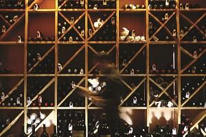 Una de los mejores bodegas de vinos según la guía michelín. Restaurante Casa Manolo by chef Manuel Alonso, estrella michelín en daimús Valencia.6